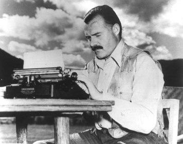 Ernest Hemingway við skrivimaskinuna.
