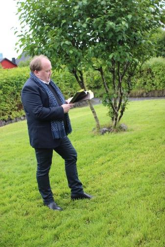 Kim Simonsen lesur úr savni sínum Hvat hjálpir einum menniskja at vakna ein morgun hesumegin hetta áratúsundið á Fløtuni á Háskúlanum.