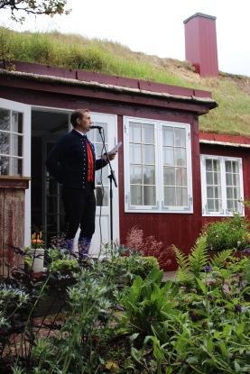 Arnbjørn Ólavsson Dalsgarð lesur upp eina av søgum sínum um Albert í Bojsensgarði.